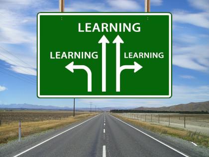 Placa de trânsito com três vias, todas apontando para o aprendizado